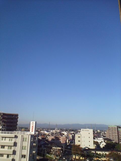 秋霞みの空