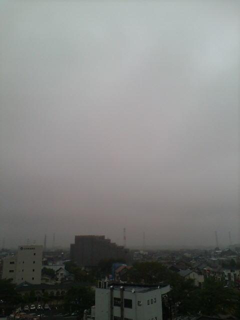 霧雲が垂れる朝