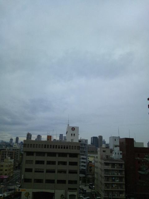 泣き出しそうな大阪の朝空です♪